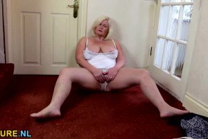 Blonde BBW masturbates on the floor