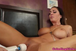 Teen Angel Smalls toys stepmom Jessica Jaymes' pussy