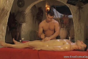 Muscular gay masseur really knows how handle that dick