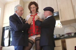 Mature posh cougarmom Lara Latex pounded in 3way by pensioners