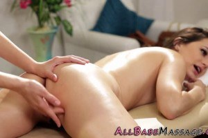 Pretty sexmassage eats pussie