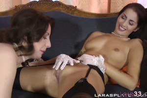 Rubbed UK hot mom Lara Latex eating young girls pussie