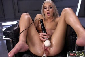 Tiffany Watson squirts when she feels a machine fucking her pussy
