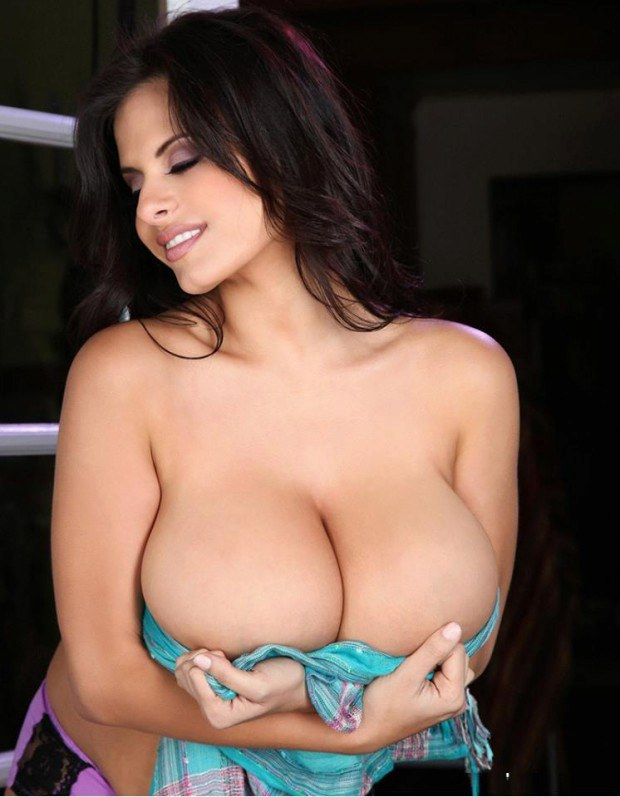 Curvy babe Wendy Fiore has mouthwatering boobs
