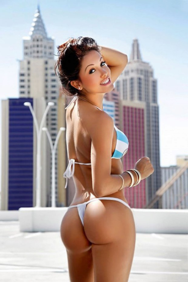 Marvelous brunette babe in bikini shows her butt