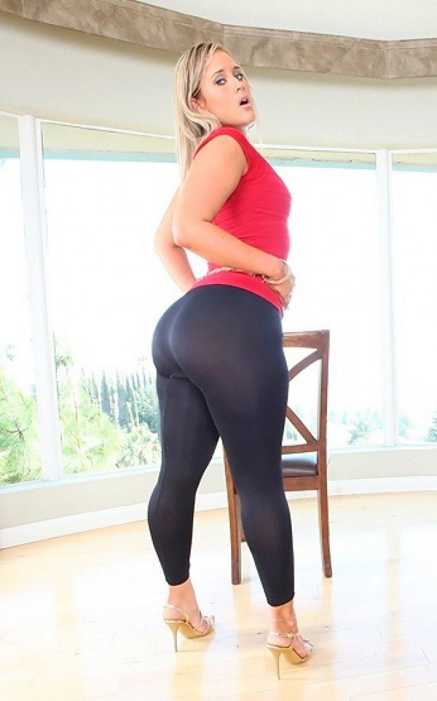 Blonde with a beautiful ass looks great in yoga pants