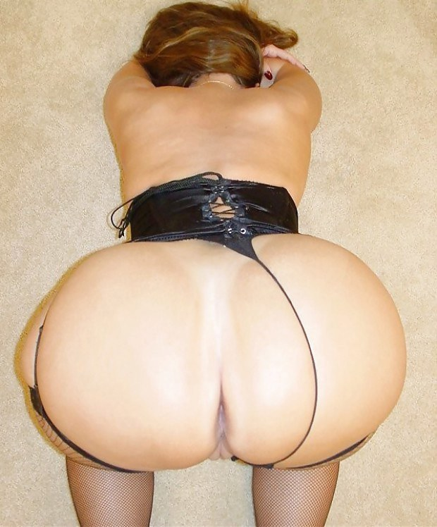 Big ass MILF ready for some doggystyle fucking