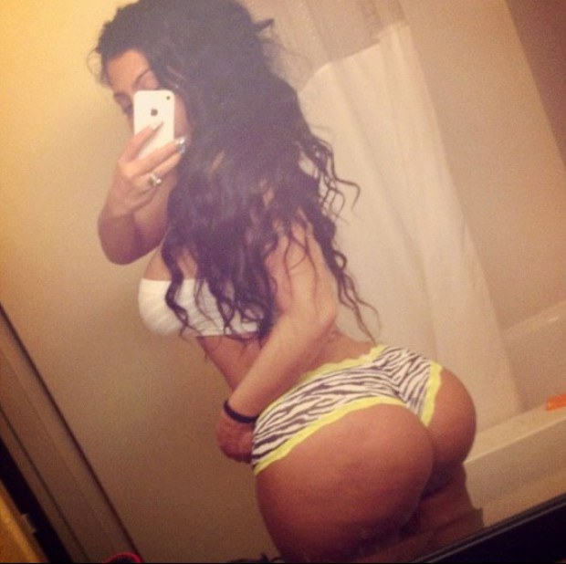 Big booty Latina takes a naughty selfie