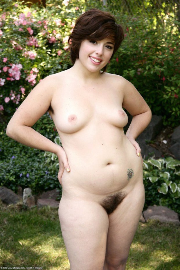 Chubby BBW amateur is naked in the garden