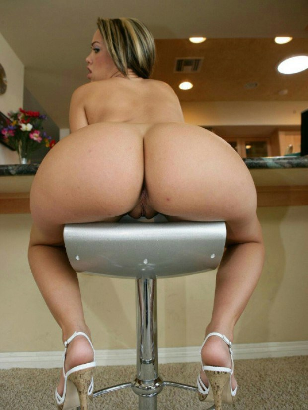 Latina in high heels shows her bubble butt