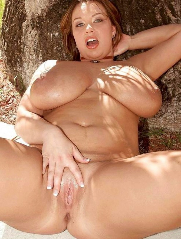 Super Busty Babe Stretches Her Pussy Outdoors-5543