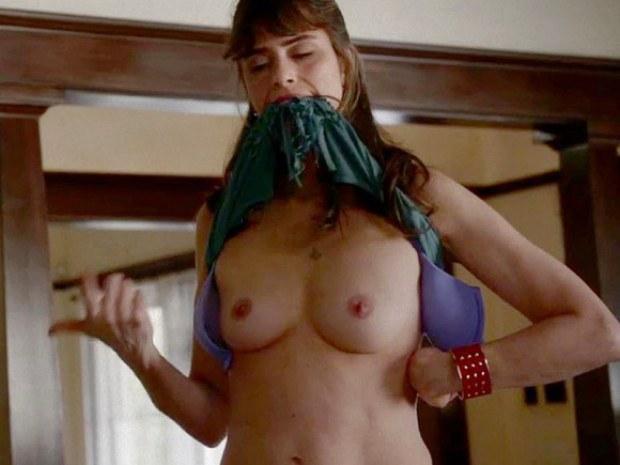 Sexy gal Amanda Peet flashes her boobies