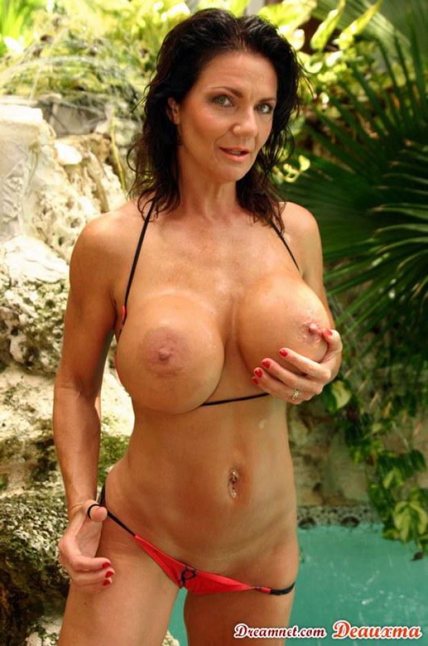 Deauxma bikini posing