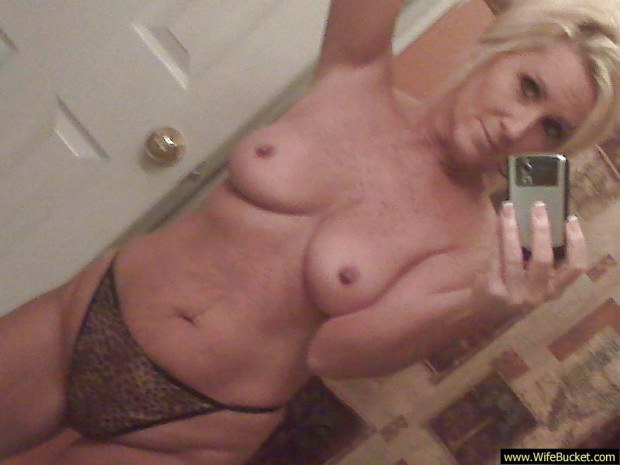 Divorced mature takes naughty pics for her lovers
