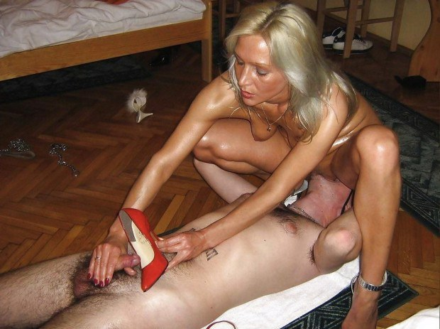 Facesitting domina makes the sub cum in her shoe