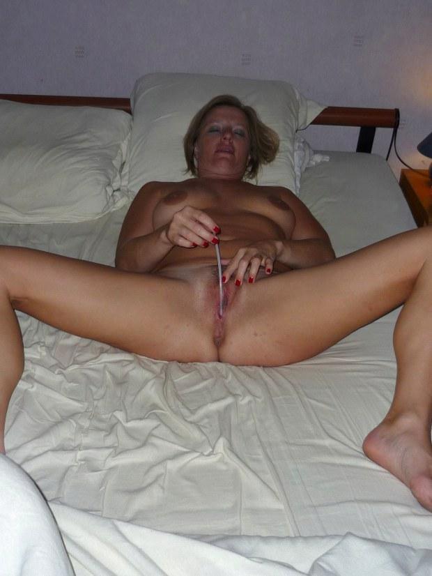 Kinky wife adores pleasuring herself
