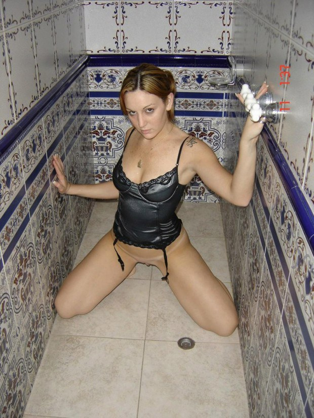Amateur in corset wants some fun in the shower