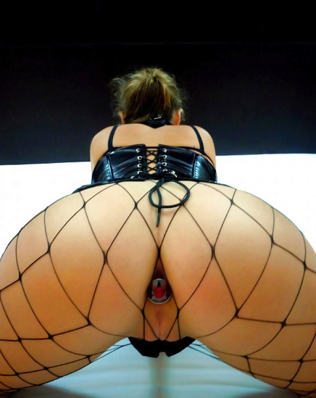 Fetish babe in fishnets has her butt plugged