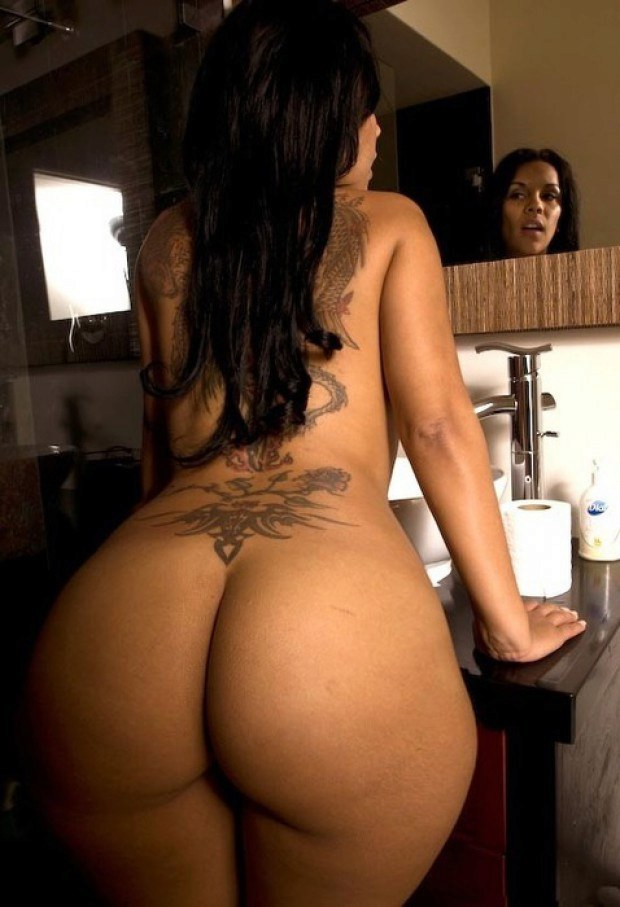 Inked brunette cougar has a wonderful ass